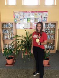 Žiačka IV.C triedy SOŠ Nováky, Lukrécia Lachká sa stala majsterkou sveta v karate v súťaži kumite v kategórií junioriek.